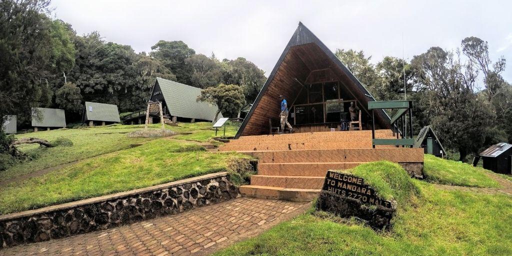 Drewniane domki w Obozie I w drodze na Kilimanjaro