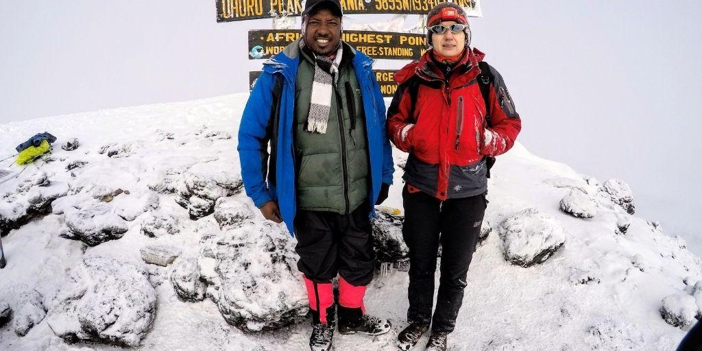 Sprzęt na Kilimanjaro - Autorka posta na szczycie z przewodnikiem